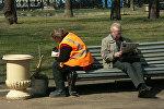 Дворник на скамейке
