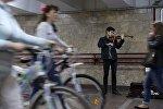 Парень играет на скрипке в переходе Минска