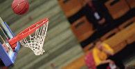 Баскетбольный мяч залетает в корзину, архивное фото