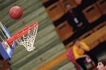 Баскетбольный мяч залетает в корзину