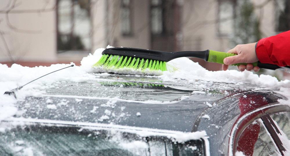 ВМинске владельцев автомобилей вынудили убирать снег и сор около машин