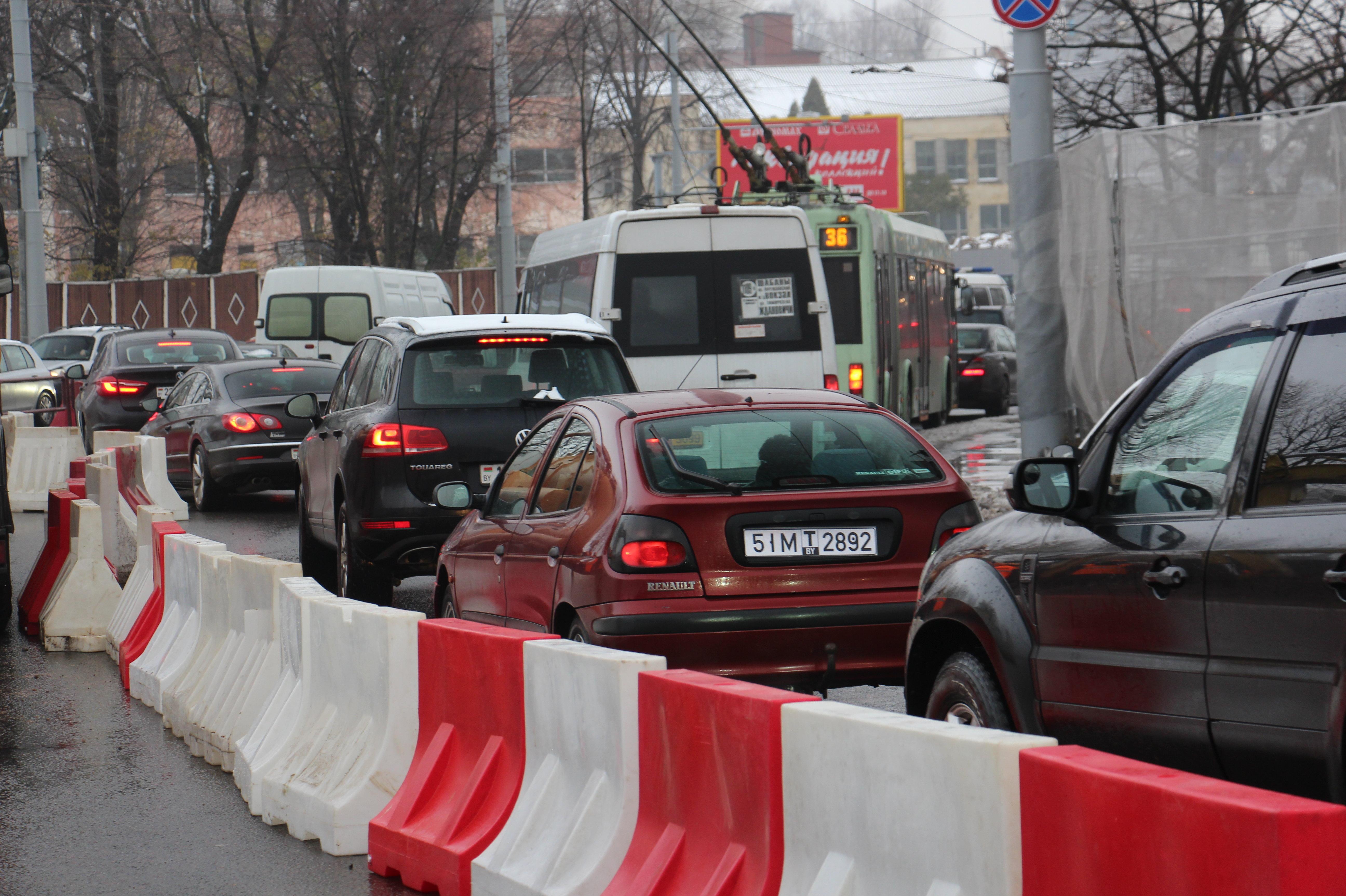 Вцентре Минска провалился асфальт— УГАИ