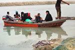Беженцы из Мосула на лодках переправились через реку Тигр