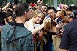 Тейлор Свифт с поклонниками