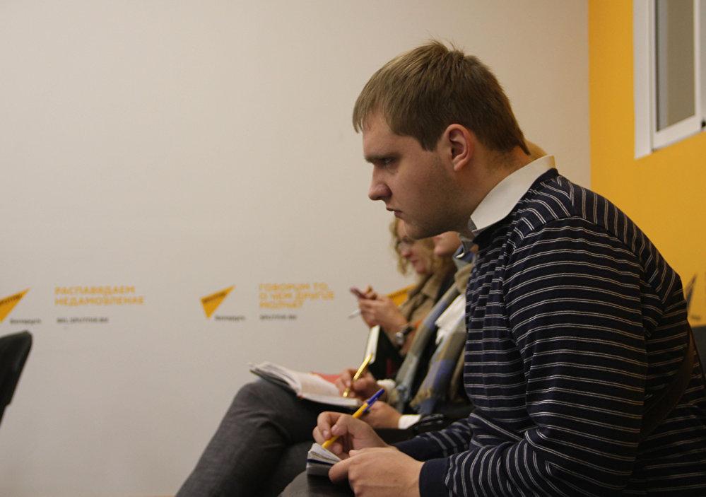 Журналисты работают на пресс-конференция в МПЦ Sputnik