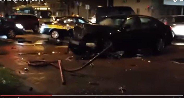 Шофёр грубо нарушил ПДД вцентре Минска и поломал знак