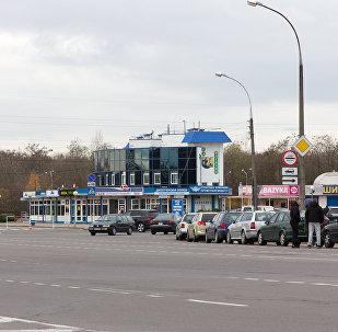 Водители возле своих автомобилей в очереди на белорусско-польской границе