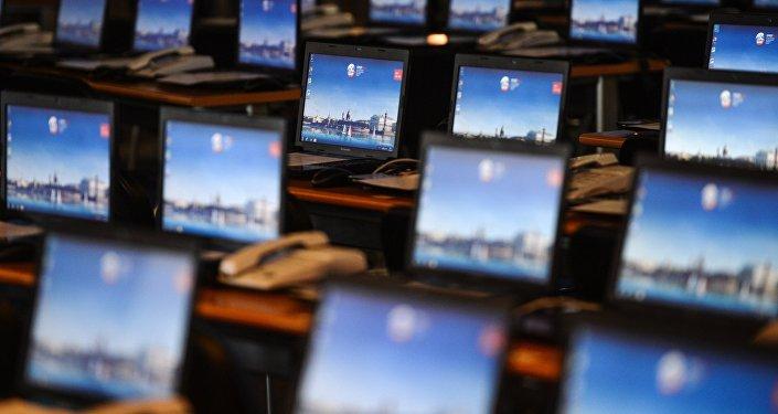 Открытые ноутбуки, архивное фото