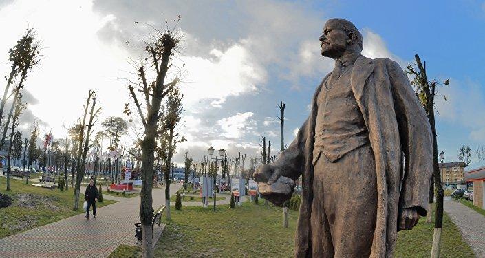 Памятник Ленину вернули в сквер перед заводской проходной по просьбам ветеранов-тракторостроителей