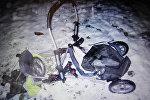 Разбитая детская коляска