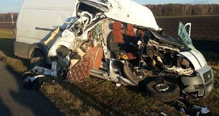 Фиат столкнулся с грузовым автомобилем наМ-1: пассажира доставали cотрудники экстренных служб