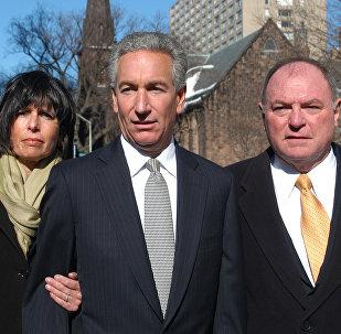 Чарльз Кушнер (в центре) с супругой Серил и адвокатом после суда, который приговорил его к 2 годам и штрафу в 40 тыс долларов за финансовые нарушения и месть своей сестре, которая свидетельствовала против него