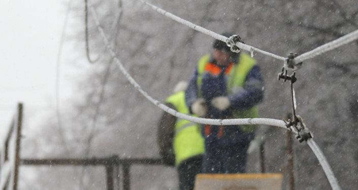 Из-за снегопада 144 населенных пункта остались без электричества