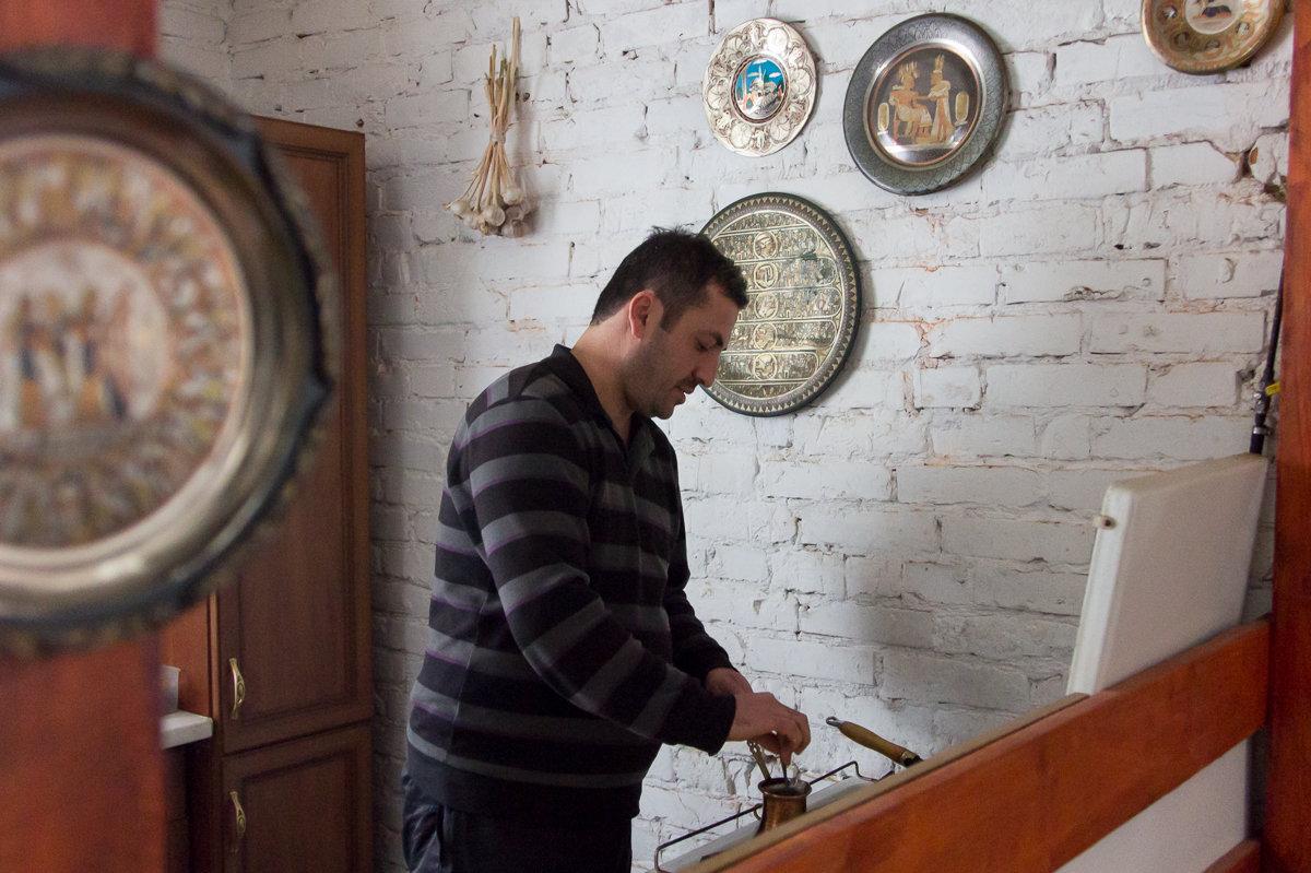 А по утрам на своей кухне в белоруской деревне Экрем заваривает кофе по-турецки