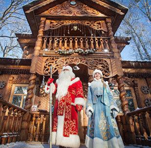 Дед Мороз и Снегурочка в резиденции в Беловежской пуще, архивное фото