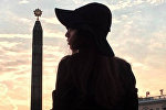 Девушка на фоне обелиска Победы