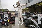 Победитель Гран-при Бразилии Льюис Хэмилтон