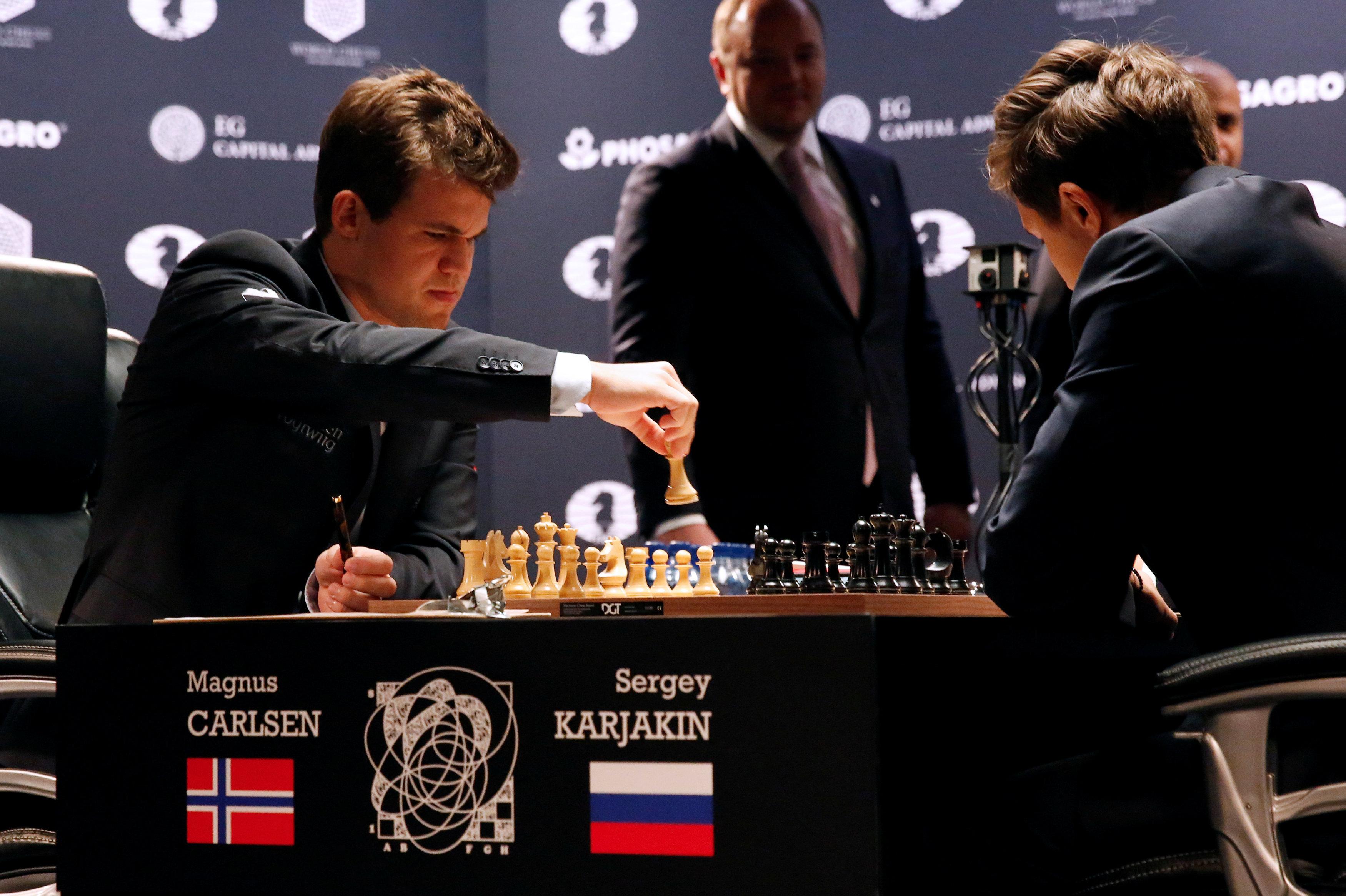 Действующий чемпион мира по шахматам норвежец Магнус Карлсен и российский гроссмейстер Сергей Карякин в матче за звание сильнейшего шахматиста на планете
