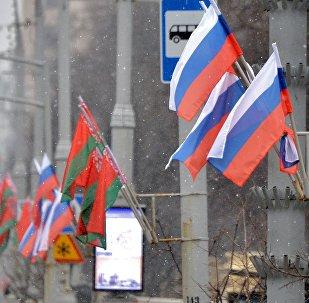 Российский и белорусский флаги на проспекте Независимости в Минске