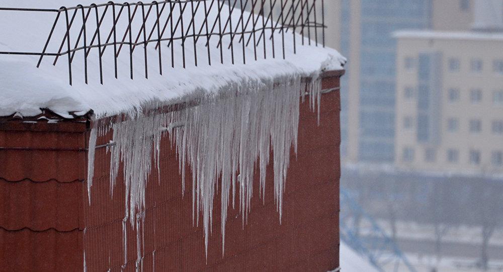 ВПолоцке ледяная масса упала на7-летнего ребенка— парень вхирургии