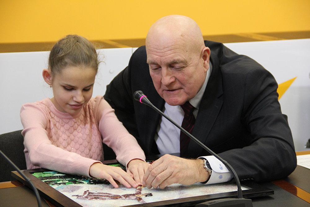 Директор Специальной общеобразовательной школы №188 для детей с нарушениями зрения Алексей Пятница с воспитанницей