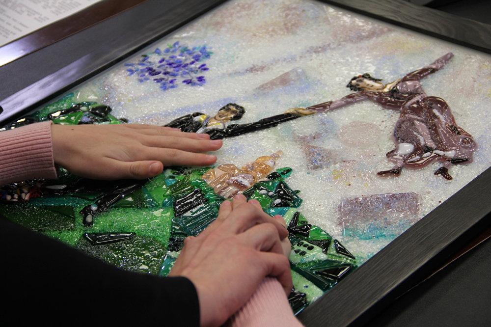 Картины, представленные на выставке, выполнены в стиле фьюзинг