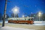 Трамвай в городе, архивное фото