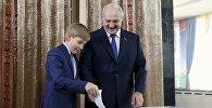 Аляксандр Лукашэнка з сынам Мікалаем на выбарчым участку ў Мінску