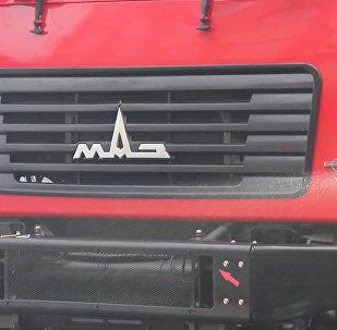 Готовы к Дакару: обновленные гоночные МАЗы показали в Минске
