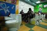 Посетители в тематическом кафе  Crazy Toilet в Москве