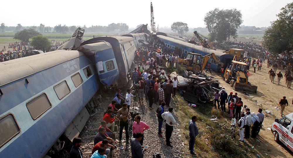 Из-за схода срельсов поезда вИндии погибли неменее 20 человек