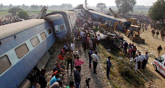 ВИндии поезд сошел срельсов, неменее 100 погибших