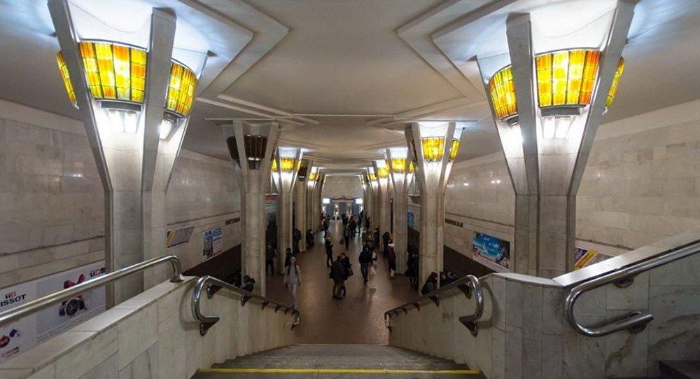 Настанции минского метро «Октябрьская» пассажир упал нарельсы