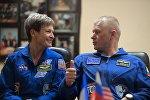 Астронавт NASA Пегги Уитсон и космонавт Роскосмоса Олег Новицкий во время пресс-конференции экипажа 50/51-й экспедиции на МКС
