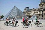 Велотуристы возле Лувра