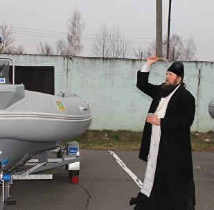 Отец Дмитрий освящает плавсредства