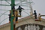 Монтаж главной елки страны на Октябрьской площади в Минске