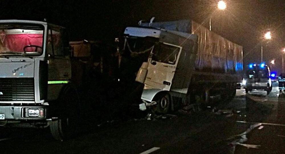Ночная авария наМКАД: столкнулись три фургона, один человек умер