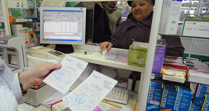Сотрудник одной аптек проверяет рецепты на лекарственные средства