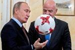 Президент РФ Владимир Путин и президент ФИФА Джанни Инфантино (справа) во время встречи в Кремле