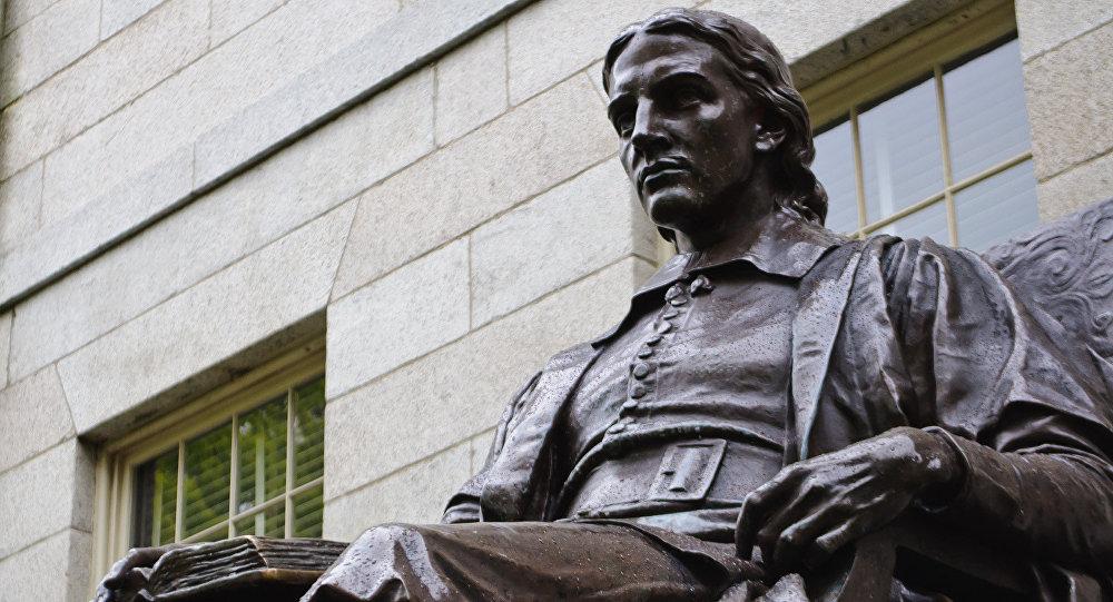 Статуя Джону Гарварду в Гарвардском университете