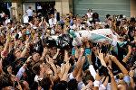 Нико Росберг на руках фанатов после финиша в Гран-при Абу-Даби