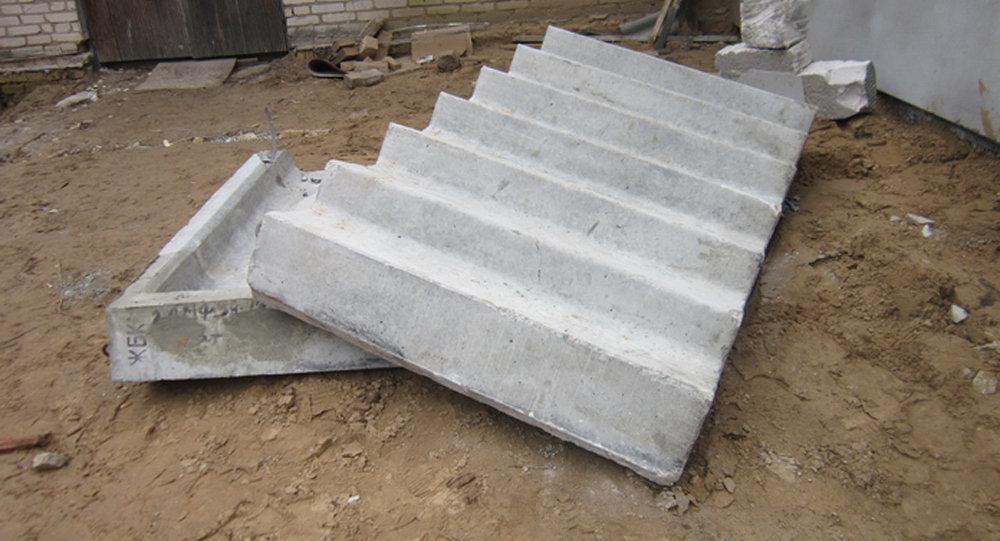 Бетонная лестница насмерть придавила рабочего настройке вМостах