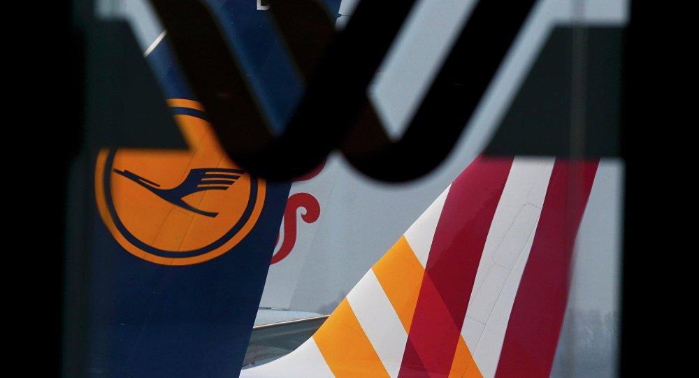 Логотипы Germanwings и Lufthansa на самолетах в аэропорту Дюссельдорфа