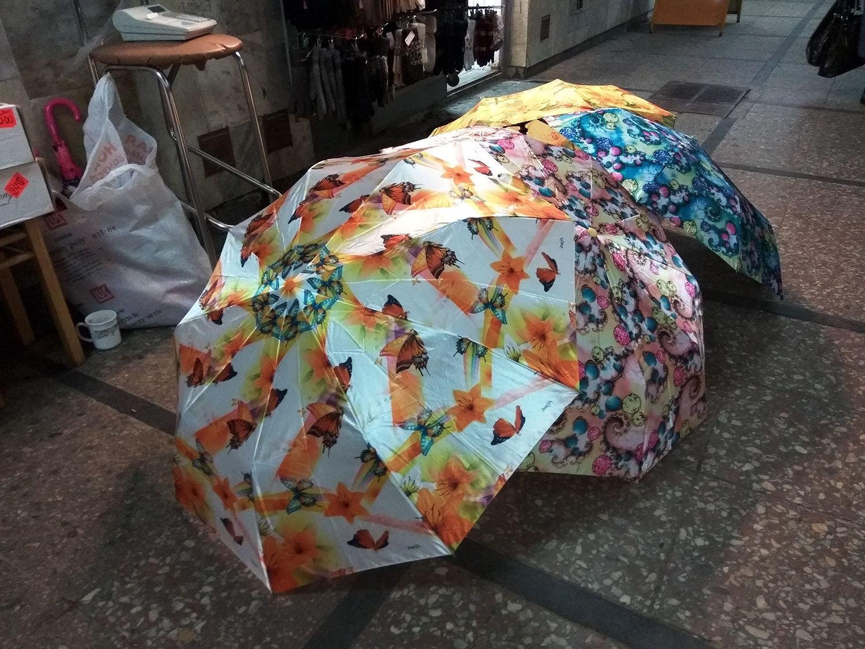 Зонтики ярких расцветок раскрасят хмурый день
