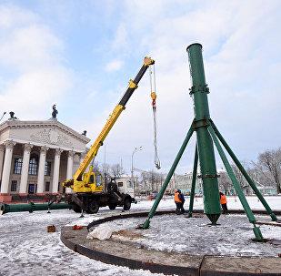 На центральной площади Гомеля начали собирать елку