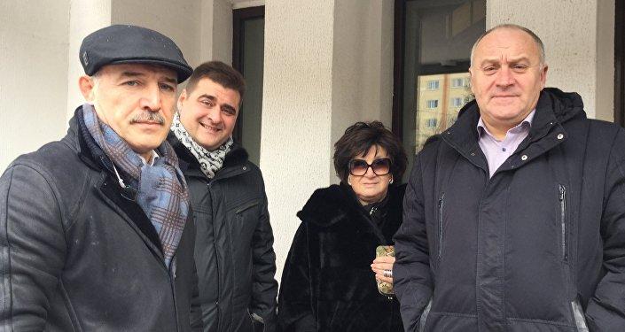 Владимир Япринцев (слева), родственники обвиняемого Арабяна, а также бывший начальник ОМОНа, бывший руководитель службы безопасности Трайпла Юрий Подобед (справа)