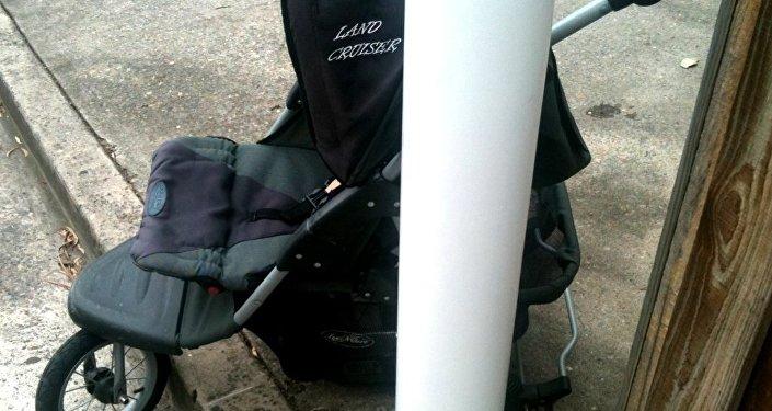 Детская коляска, архивное фото