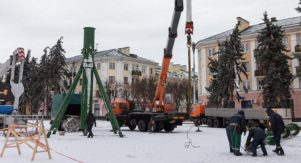 Главную новогоднюю елку начали устанавливать в Бресте