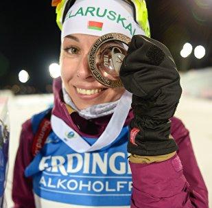 Белорусская биатлонистка Дарья Юркевич  с бронзовой медалью в индивидуальной гонке Эстерсунда